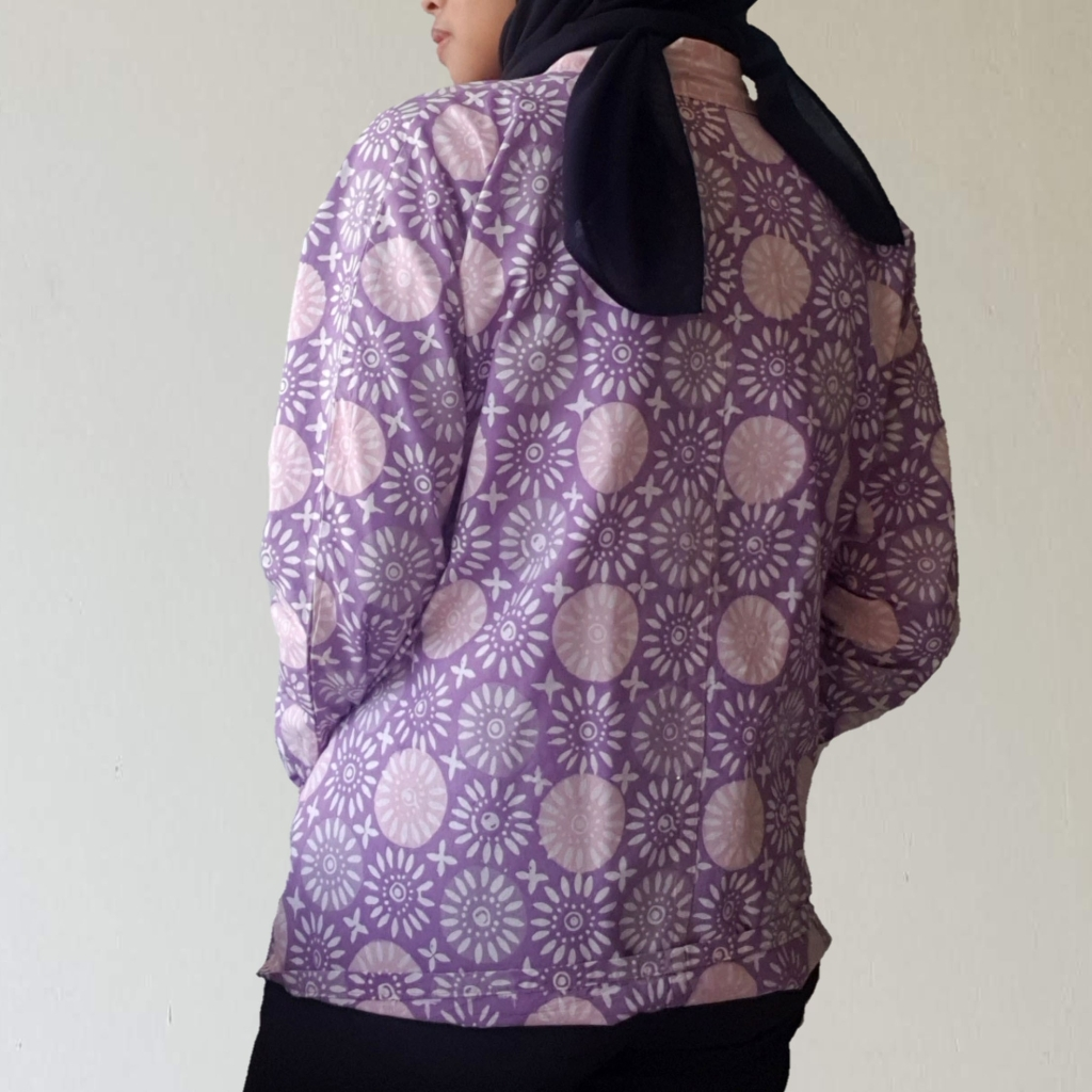 kardigan ungu dilihat dari belakang